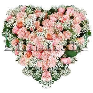romantisches Herzgesteck aus Rosen und Nelken in Rosa mit viel Schleierkraut